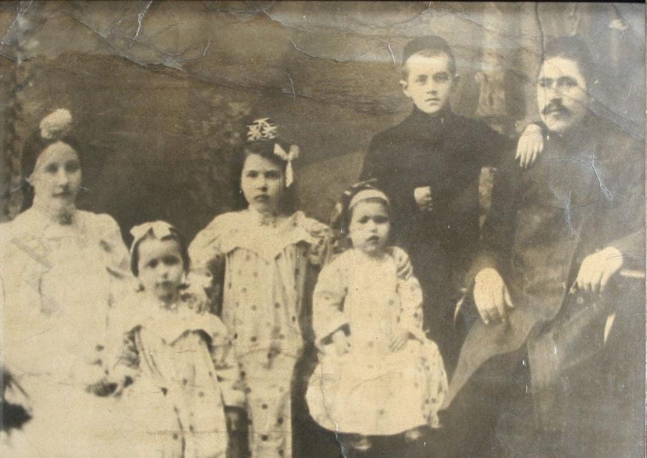 Н.Хамитов с женой, тремя дочерьми и девятилетним С.Сайдашевым